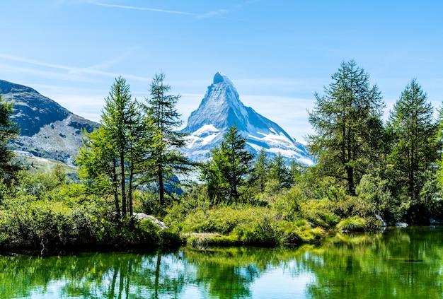 Маттерхорн с озером гринджиси в церматте Premium Фотографии