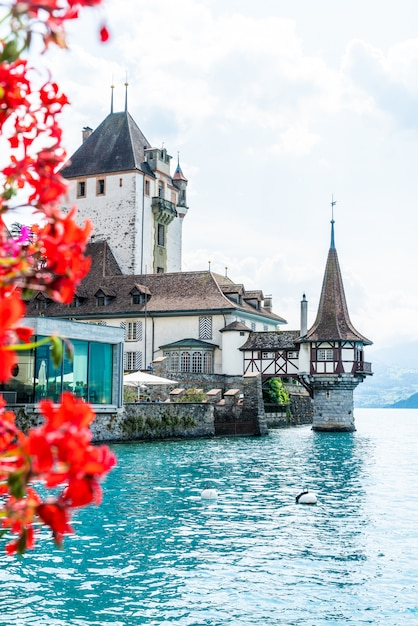 スイスのトゥーン湖の背景を持つオーバーホーフェン城 Premium写真