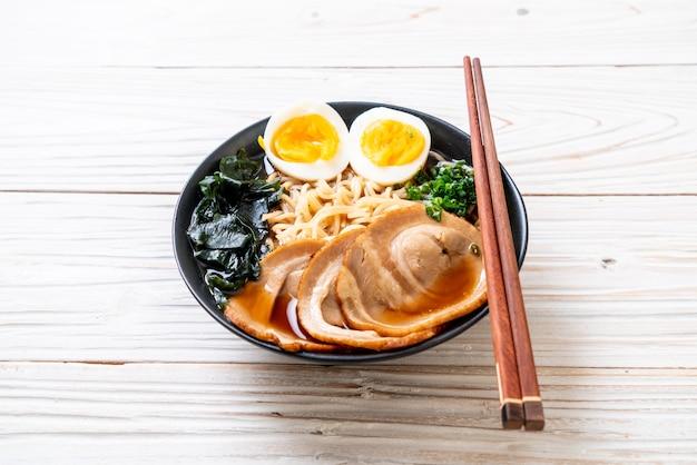 豚肉と卵の醤油ラーメン Premium写真