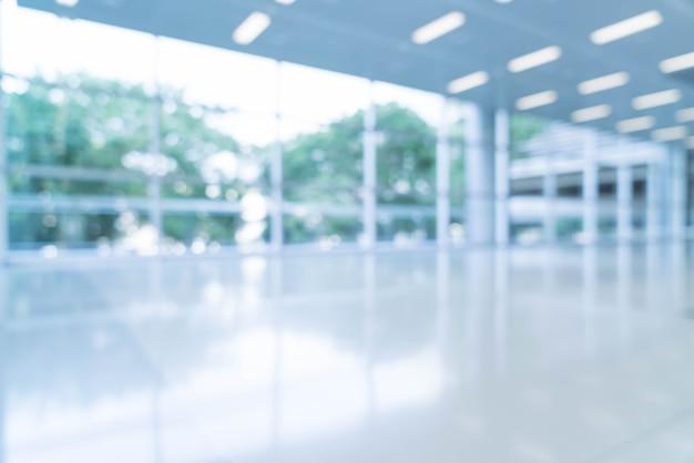 Размытый абстрактный фон интерьера, глядя на пустой офис лобби и входные двери и стеклянные занавески стены с рамой Бесплатные Фотографии