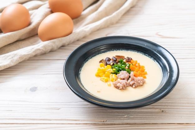 Приготовленное на пару яйцо с фаршем из свинины и овощей Premium Фотографии