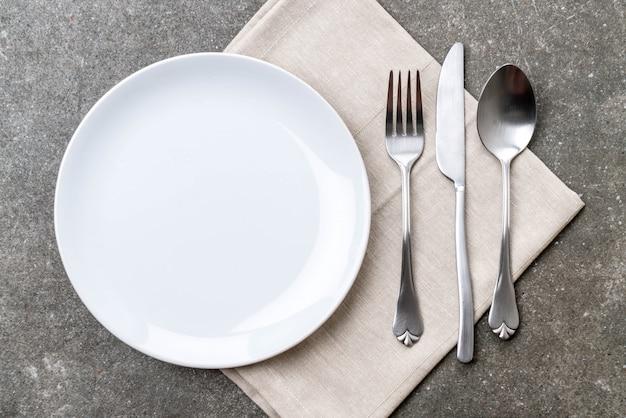 空の皿スプーンフォークとナイフ Premium写真