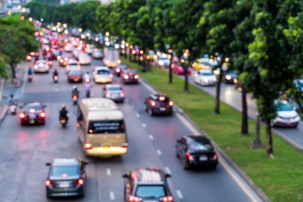 抽象的なぼかしと市内の多重渋滞 Premium写真