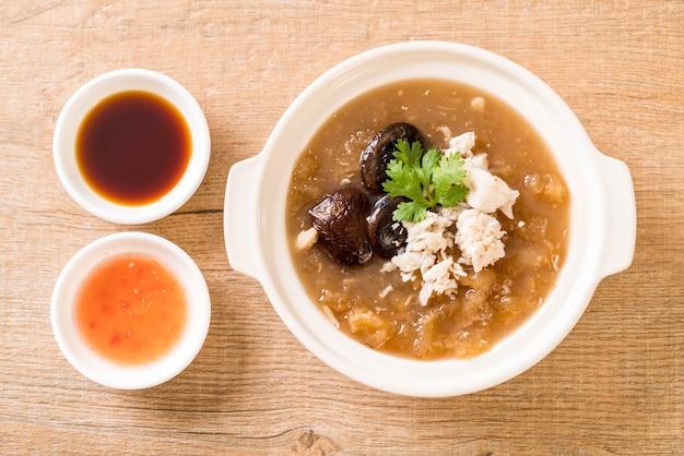 カニと赤のグレービースープの煮込み魚コンゴウインコ Premium写真