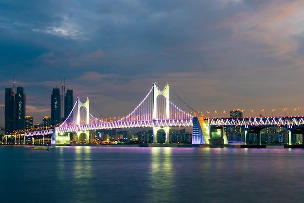 韓国釜山市の関ガン橋 Premium写真