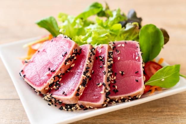 新鮮なマグロの野菜サラダ生 Premium写真