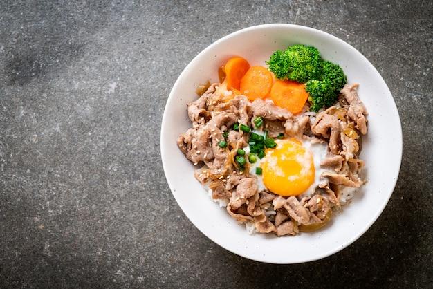 どんぶり、温かい卵と野菜の豚丼 Premium写真