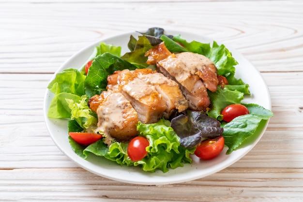 チキンのグリルサラダ野菜 Premium写真