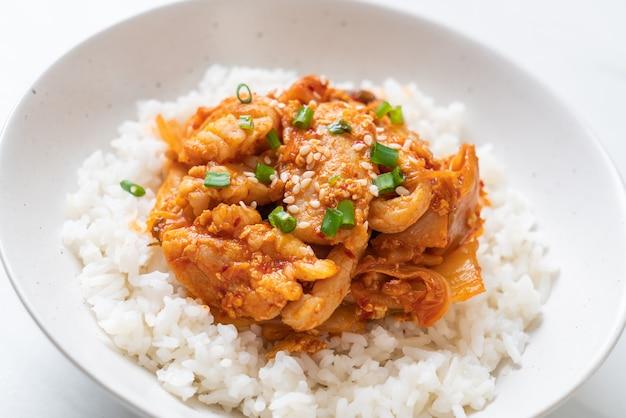 キムチ炒め豚肉の炒め Premium写真