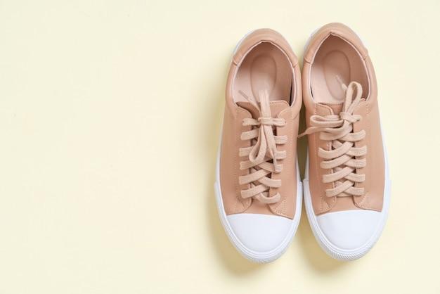 女性革スニーカー靴 Premium写真