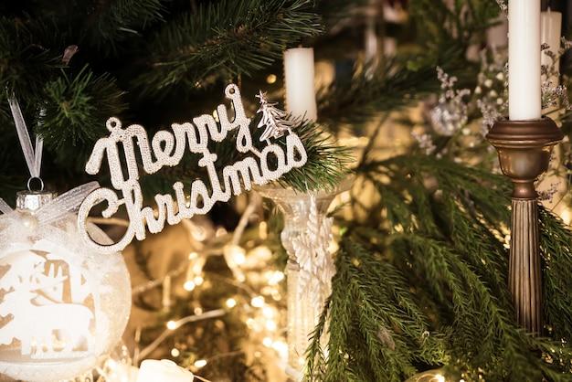 メリークリスマスとハッピーホリデーデコレーション Premium写真