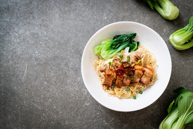 サクサクした豚バラ肉とワンタンの卵麺スープ Premium写真