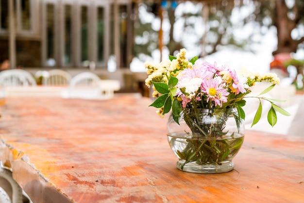 テーブルの上の花瓶の装飾の花 Premium写真