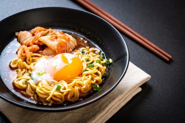 Корейская лапша быстрого приготовления с кимчи и яйцом Premium Фотографии