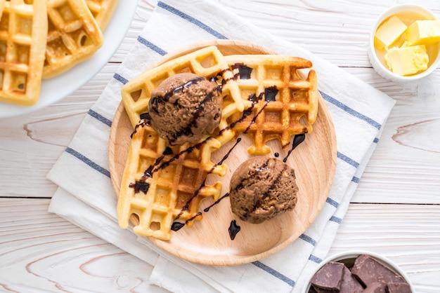 Шоколадное мороженое с вафлей Premium Фотографии