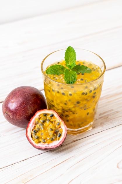 新鮮でアイスのパッションフルーツジュース Premium写真