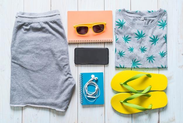 旅行者、夏休みの男性のカジュアルな服装 Premium写真