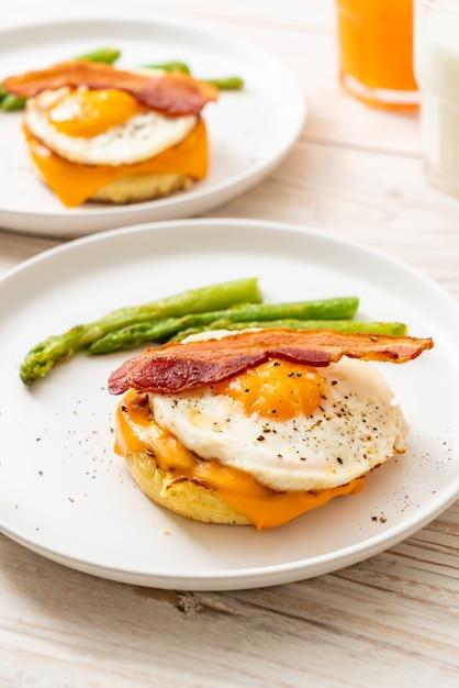 ベーコンとチーズのパンケーキで目玉焼き Premium写真