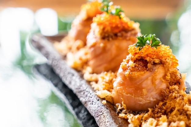 サーモン寿司巻き Premium写真