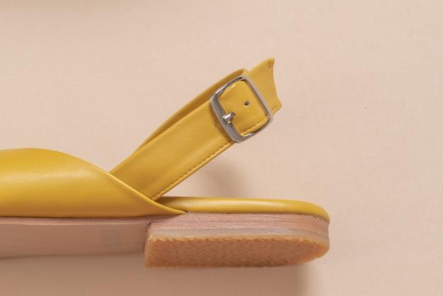 女性と女性の革サンダル Premium写真
