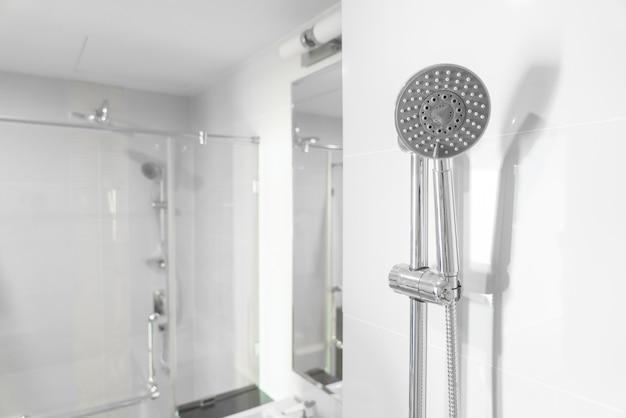 バスルームのシャワーヘッド Premium写真