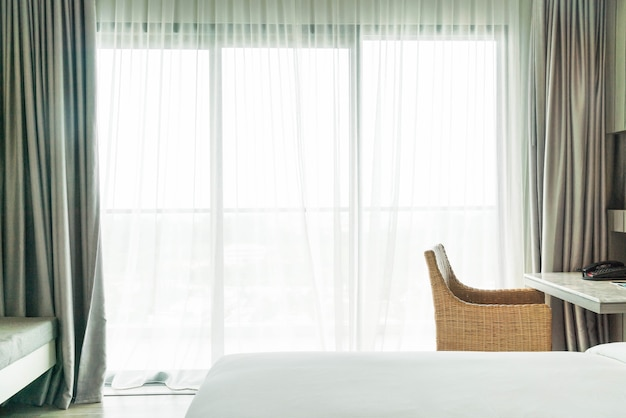リビングルームで抽象的なぼかし空カーテンのインテリア 無料写真