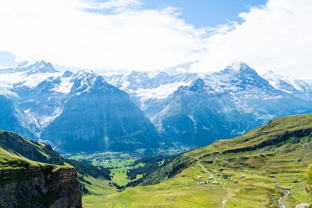 スイスのアルプス山とグリンデルヴァルト村 Premium写真