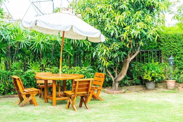 Пустой деревянный открытый патио стол и стул в домашнем саду Premium Фотографии