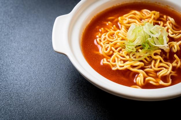 キムチと韓国の辛いインスタントラーメン Premium写真