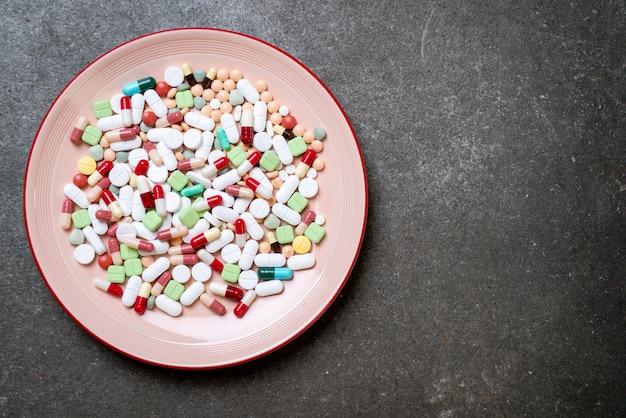 錠剤、薬、薬局、医学または医学のプレート Premium写真