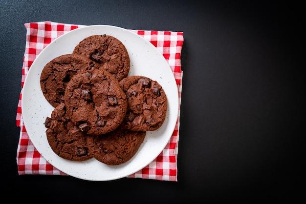 チョコレートチップとチョコレートクッキー Premium写真