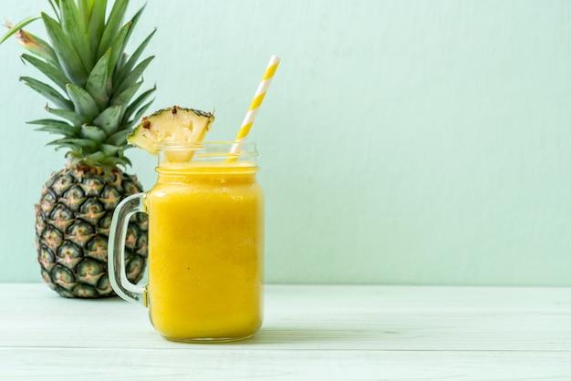 Свежий ананасовый коктейль стекла на деревянный стол Premium Фотографии