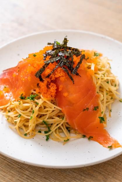 スモークサーモンとエビの卵のスパゲッティ Premium写真