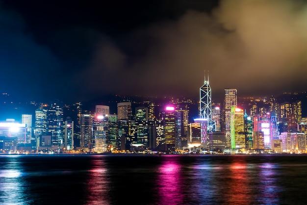 夜の香港の街並みとライトアップ Premium写真