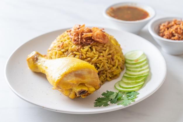 チキンとイスラム教徒の黄米 Premium写真