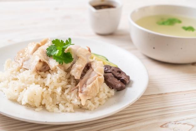 Куриный рис по-хайнаньски или куриный рис на пару Premium Фотографии