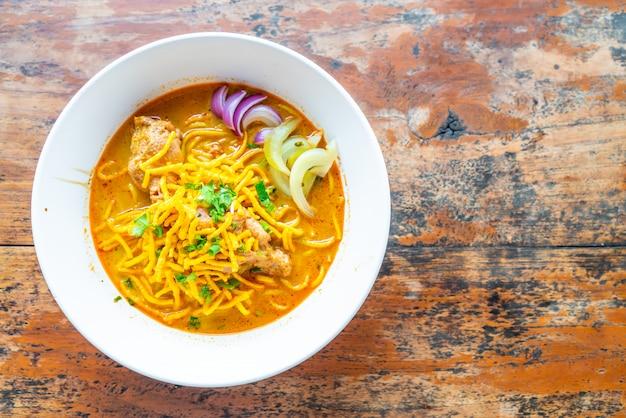 タイ北部風チキンカレー麺 Premium写真