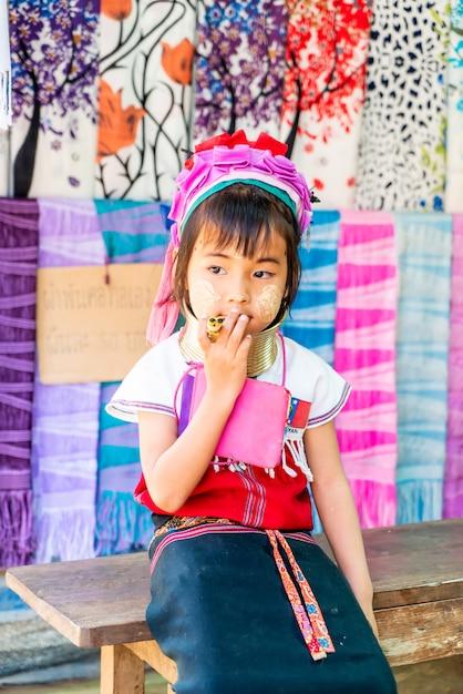Деревни племени северного таиланда или деревня карен лонг шей в таиланде Premium Фотографии