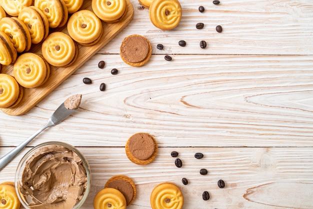 コーヒークリームとクッキー Premium写真