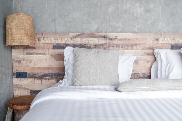 ベッドの上の美しい快適な枕 Premium写真