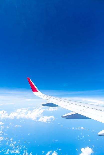 航空機の窓から見た雲と空 Premium写真