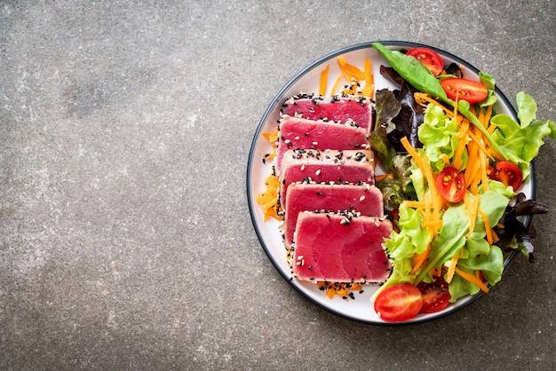 生野菜のサラダと生のマグロ Premium写真