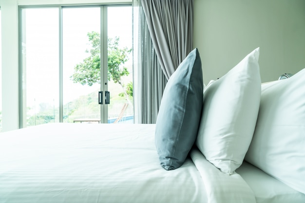寝室のインテリアのベッド装飾の枕 Premium写真