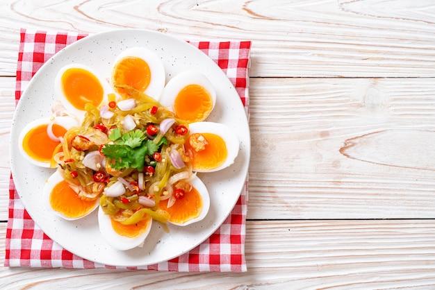 Острый салат с яйцами Premium Фотографии