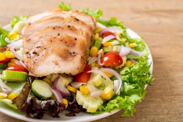 鶏胸肉のヘルシーサラダボウル Premium写真