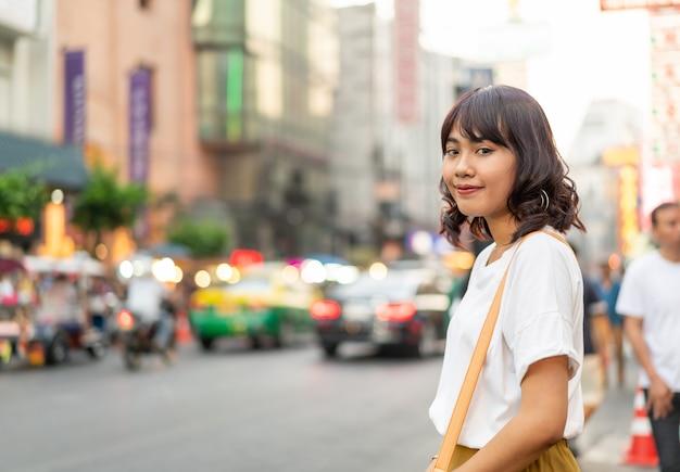 タイ、バンコクのチャイナタウンでビューを持つ若いアジア女性旅行者 Premium写真