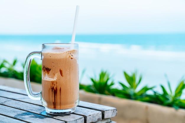 チョコレートミルクセーキのガラス Premium写真