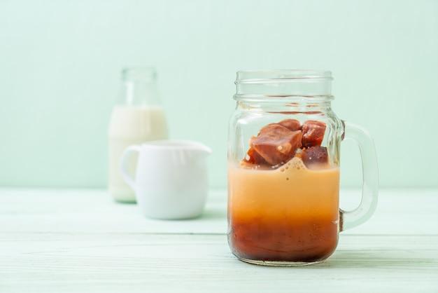 Тайский чай кубик льда с молоком Premium Фотографии
