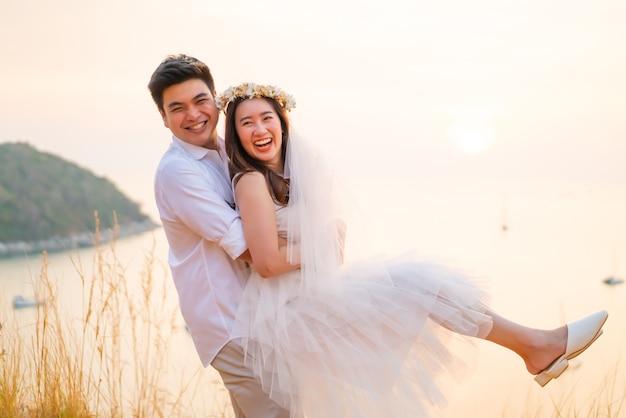 楽しい時間を過ごして愛の幸せな若いアジアカップル Premium写真