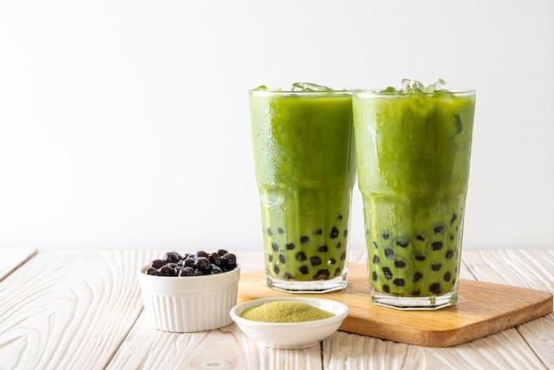 泡と緑茶ラテ Premium写真